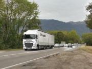 Sur les tronçons à une voie, les poids lourds chargent le trafic routier du pays de Gex. Crédit Alexis Demoment / Rue89Lyon.