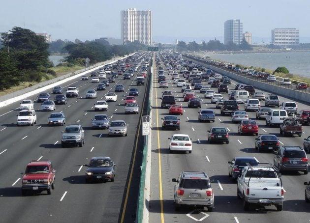 Mouvements opposés et symétriques sur une autoroute à 10 voies : l' interstate 80 aux Etats-Unis. Photo Wikipedia