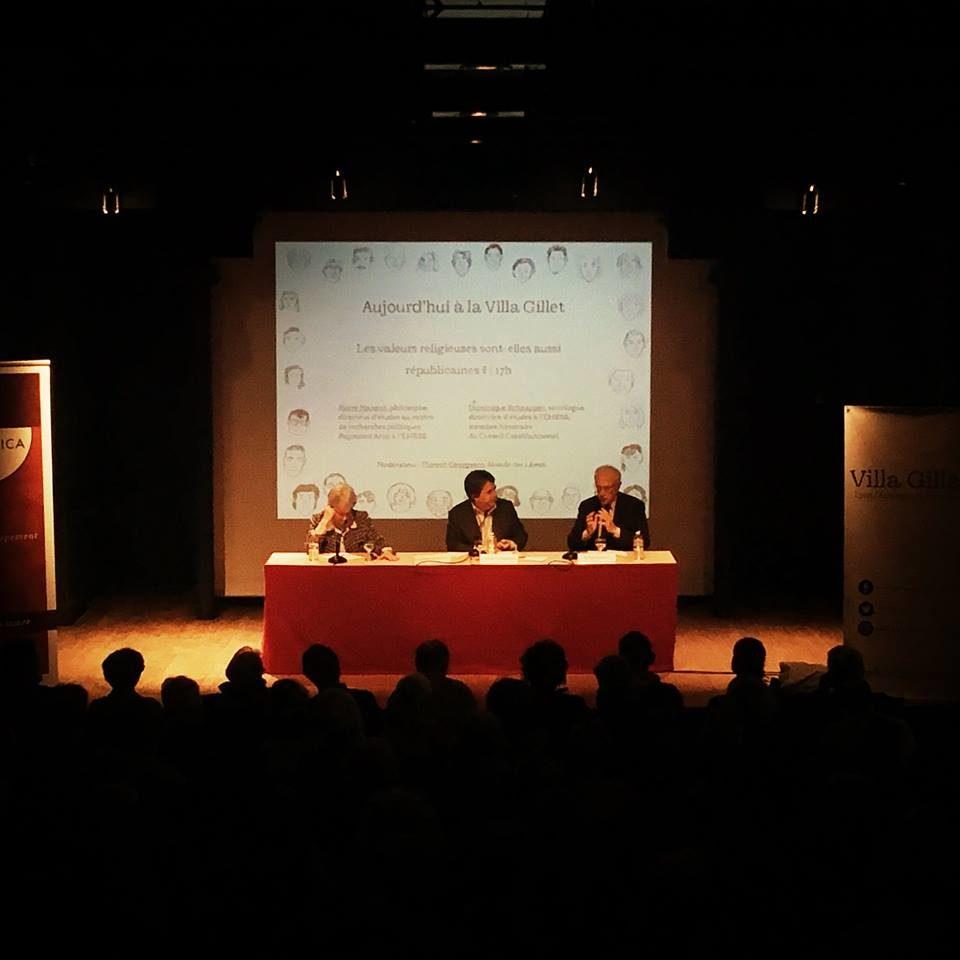 A gauche, Dominique Schnapper; à droite, Pierre Manent. Au centre, Florent Georgesco du Monde des livres (modérateur) ©Bertrand Gaudillière / Item