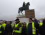 """Les """"gilets jaunes"""" lyonnais tournaient autour de la place Bellecour puis se retrouvaient sous la queue du cheval. ©LB/Rue89Lyon"""