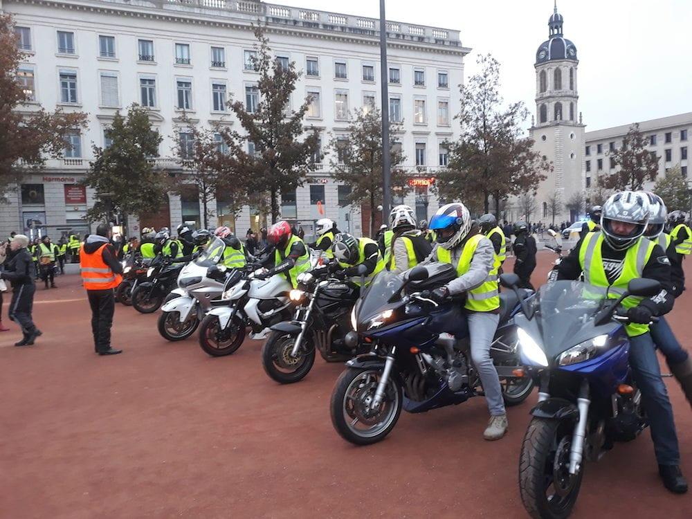 En l'absence de slogan, de sono et de prise de parole, ce sont les motards qui ont mis l'ambiance. ©LB/Rue89Lyon