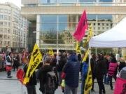 À l'appel du syndicat SUD Poste Rhône-Ain, une cinquantaine de personnes se sont rassemblées devant le Palais de Justice de Lyon en soutien à Christophe P. © Alexis Demoment / Rue89Lyon.