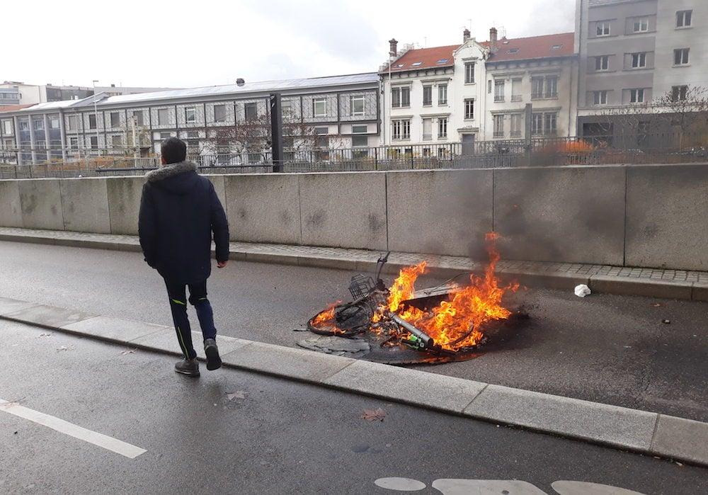 Feu de Velo'V et de trottinettes à proximité de l'université Lyon 3, sur le parcours de lycéens lyonnais le mardi 4 décembre. ©LB/Rue89Lyon