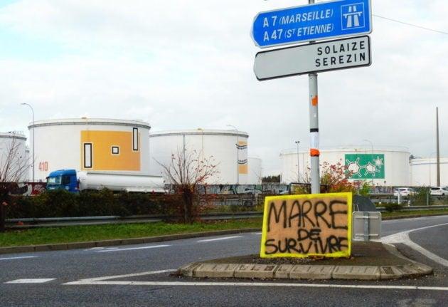 Juste à côté du rond-point, la raffinerie Total de Feyzin. © Alexis Demoment / Rue89Lyon.