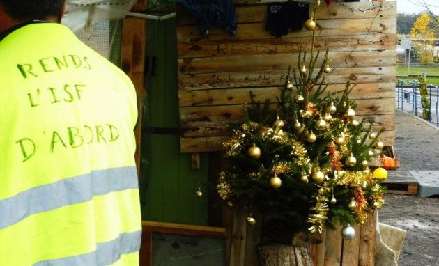 Malgré les annonces du gouvernement, les gilets jaunes feyzinois sont déterminés à rester mobilisés. En témoigne leur sapin de Noël, déjà décoré pour les fêtes de fin d'année. © Alexis Demoment / Rue89Lyon.