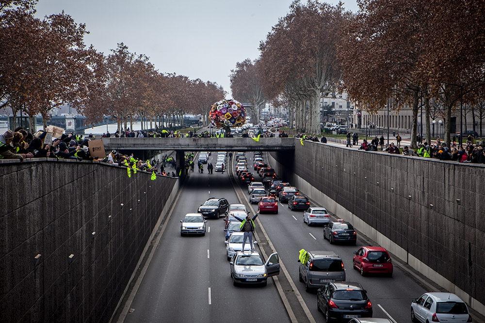 """Les """"gilets jaunes"""" ayant réussi à traverser le dispositif policier fermant la place Bellecour bloquent et saluent les automobilistes dans une ambiance bon enfant. ©Hervé Bossy"""