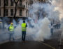 Rue de la République : les commerces ferment au passage des gilets jaunes. La police (ou les gendarmes mobiles) les repoussent par plusieurs charges successives et jets de grenades lacrymogène. ©Hervé Bossy