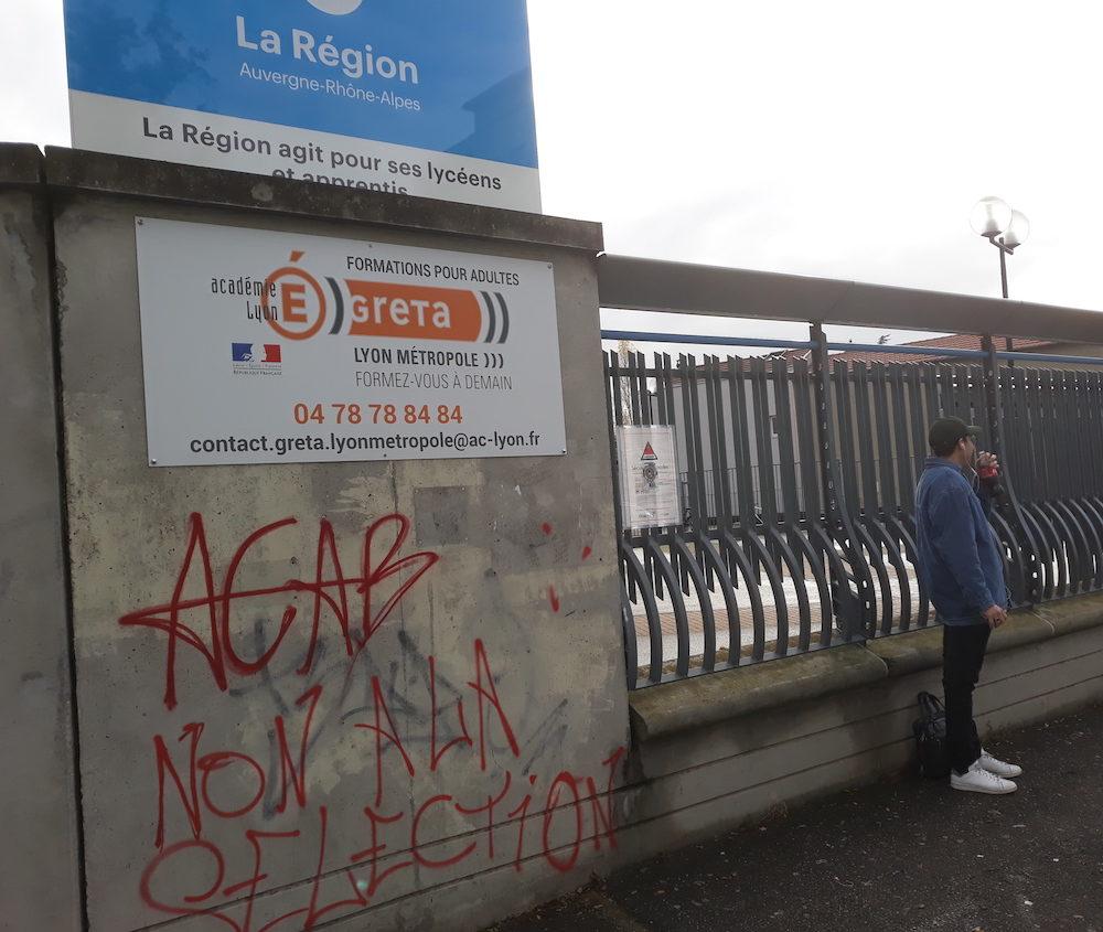 Tag sur le mur d'entrée du lycée Martinière-Monplaisir (Lyon 8ème) le mardi 4 décembre. ©LB/Rue89Lyon