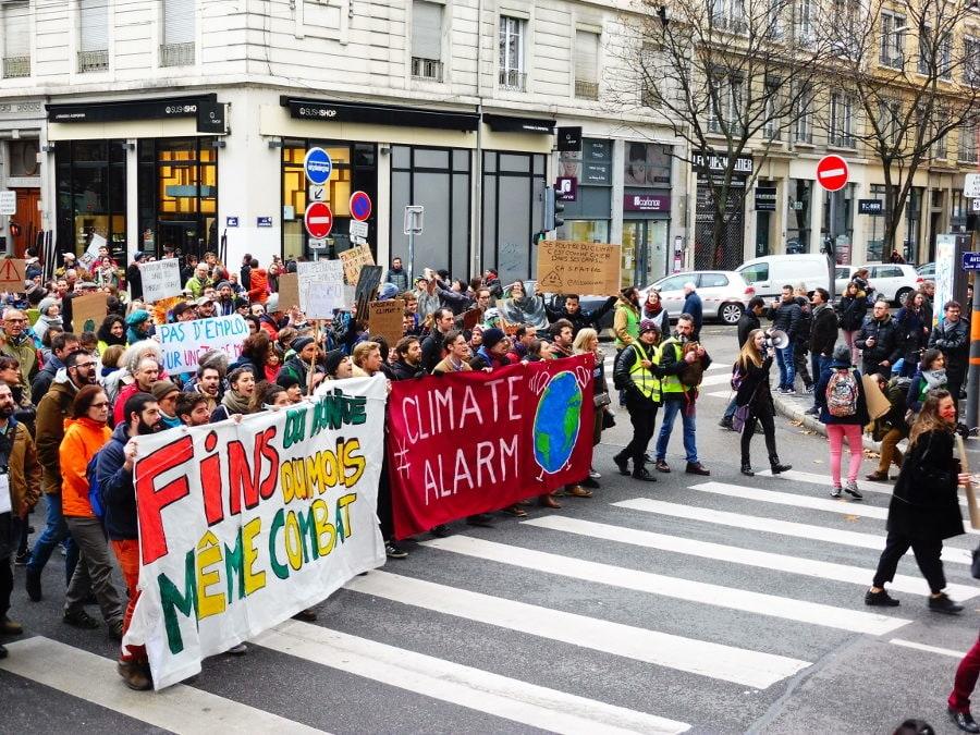 En tête de la marche, une banderole « Fin du monde, fin du mois, même combat ». © Alexis Demoment / Rue89Lyon.