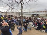 Dans l'optique de converger avec les autres luttes du moment, les participants de la Marche pour le climat se sont agenouillés les mains derrière la tête pour soutenir symboliquement les lycéens interpellés à Mantes-la-Jolie deux jours plus tôt. © Alexis Demoment / Rue89Lyon.