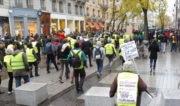 """Suite à la Marche pour le climat, quelques centaines de manifestants ont rejoint la mobilisation des """"gilets jaunes"""" sur la presqu'île. Sur la pancarte : « Gilet jaune et écolo, pour un ISF-vert, pour un SMIC viable ». © Alexis Demoment / Rue89Lyon."""