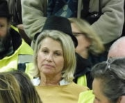 """Christiane Charnay, maire de Givors (PCF), a été interrompue par un """"gilet jaune"""" l'accusant de récupération alors qu'elle tentait d'exprimer son soutien au mouvement. © Alexis Demoment / Rue89Lyon."""