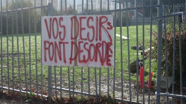 Une pancarte devant un lycée de Bron. ©Hugo Dervissoglou/LBB