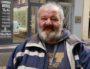 Patrick est sans domicile fixe. Il se pose régulièrement rue Victor-Hugo (Lyon 2è) avec ses deux chiens). ©Claire Lengagne/Eclairage/ISCPA