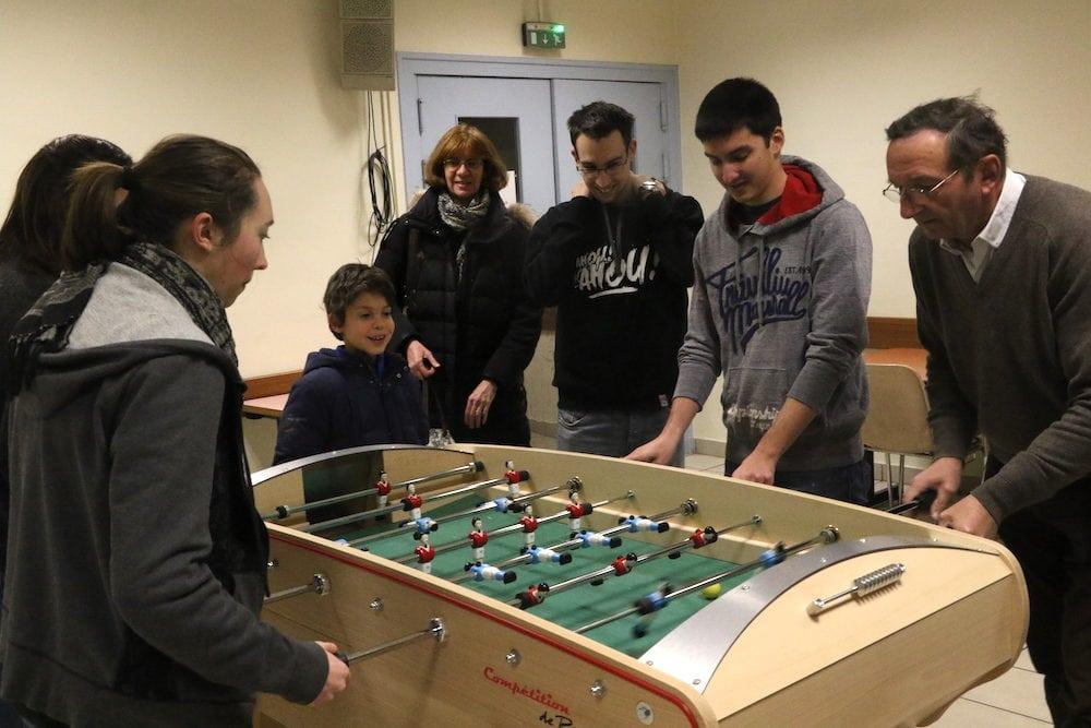 Ouverture des cours de l'école de babyfoot du club Rhône sportif Football de table. Lucie fait face à Robert sous l'oeil intéressé de Romain 9ans.©MG/Rue89Lyon