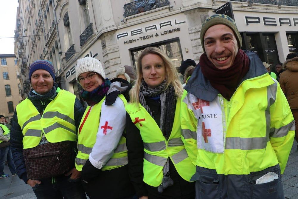 """Éric, Patricia, Emmanuelle et Jonathan sont venus manifester mais aussi secourir les """"gilets jaunes"""" qui auraient besoin. MG/Rue89Lyon"""