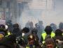 """Les manifestants se protègent des lacrymogènes lors de l'Acte XI des """"Gilets Jaunes"""" samedi 26 janvier 2019. ©MG/Rue89Lyon"""