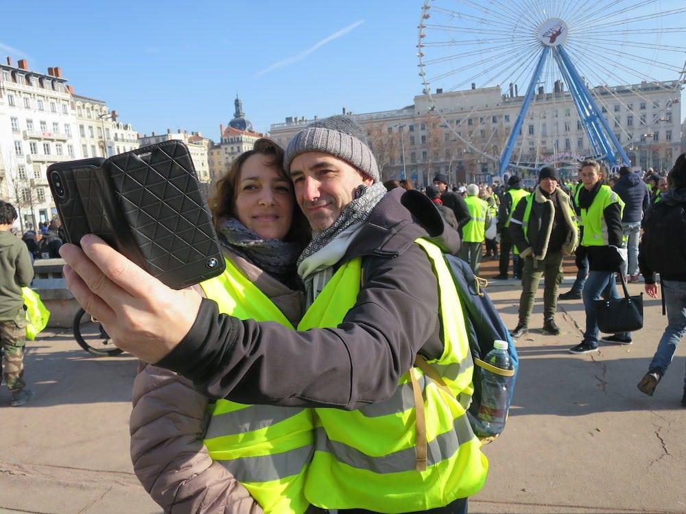 Photo souvenir place Bellecour pour Myriam et Jean-Luc, avant le départ de la manifestation. ©MG/Rue89Lyon