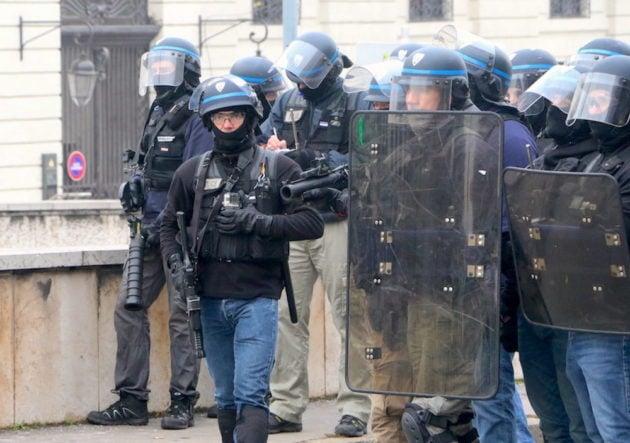 Policiers avec LBD à Lyon