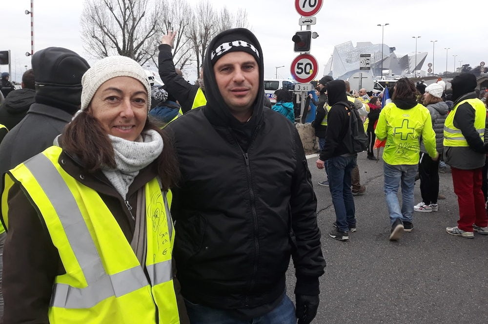 """Michaël et une amie """"gilet jaune"""", sur l'autoroute A7 le 5 janvier. ©LB/Rue89Lyon"""