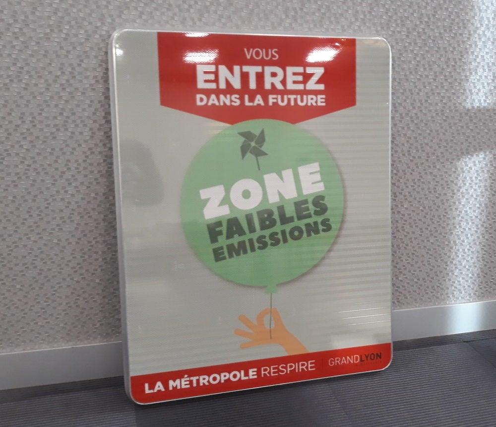 """Un panneau qui sera prochainement posé pour sensibiliser les automobilistes à la ZFE lyonnaise, pour la période """"pédagogique"""" s'étendant du 1er février au 31 décembre 2019."""