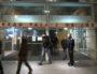 """23h30. Fin des comparutions immédiates pour les """"gilets jaunes"""". Trois policiers avec bouclier surveillent l'entrée. © MG / Rue89Lyon"""