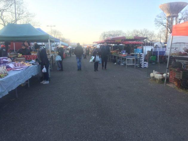 Sur le marché de Vénissieux, un samedi matin de janvier. ©LBB