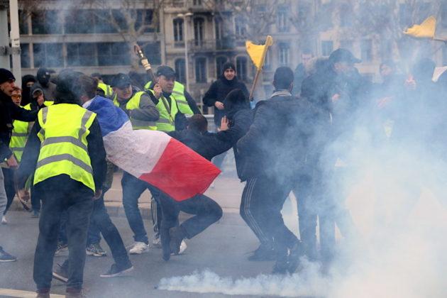 """Un groupe d'extrême droite provoque une bagarre contre des antifa rue Cours Lafayette à Lyon durant la manifestation des """"gilets jaunes"""". Les violences perdurent sur le pont Lafayette. Acte XIII, samedi 9 février 2019. ©MG/Rue89Lyon"""