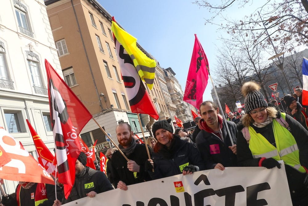 La tête de cortège avec Floriane, syndicaliste FO, qui arborait un gilet jaune sur son drapeau. ©MG/Rue89Lyon
