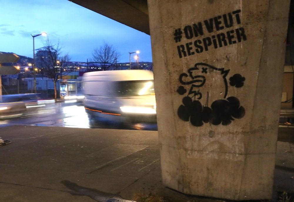 Graffiti anti pollution à Lyon réalisé par Greenpeace et Alternatiba/ANV situé vers confluence, sous l'autoroute A7, le 7 février 2019.©MG/Rue89Lyon