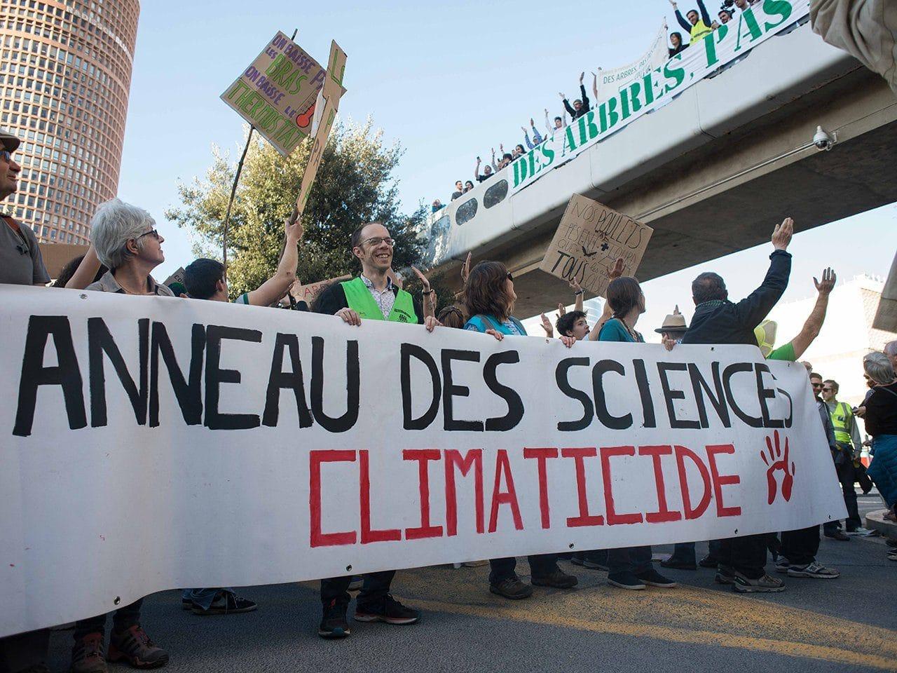 """""""Anneau des sciences"""" climaticide pouvait-on lire sur une banderole le 16 mars lors de la Marche pour le climat à Lyon ©DR"""