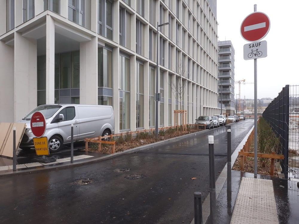 """A Gerland, la nouvelle rue où Thomas a reçu le tir de la police durant la manifestation des """"gilets jaunes"""" du 9 mars à Lyon. Il se trouvait au milieu de la rue et, la police, au fond, au niveau du virage. ©LB/Rue89Lyon"""