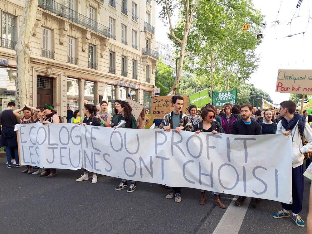 """Banderole des """"jeunes pour le climat"""",au début du cortège écolo, en queue de manif du 1er mai 2019 à Lyon. ©LB/Rue89Lyon"""