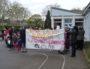 Les parents d'élèves se mobilisent devant l'entrée de l'école maternelle Louis Pasteur à Mermoz.