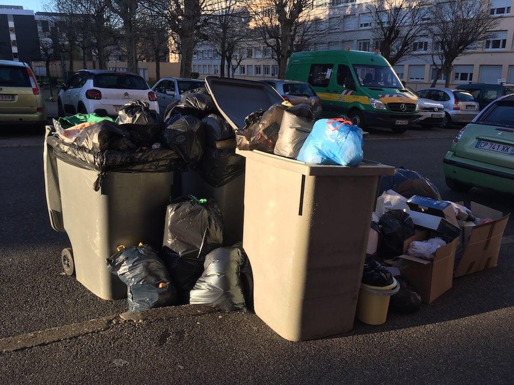 Les poubelles s'entassent dans la Métropole de Lyon.