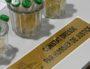 Une huissière de justice est présente pour authentifier la validité des prélèvements d'urine. ©Camille Rouet