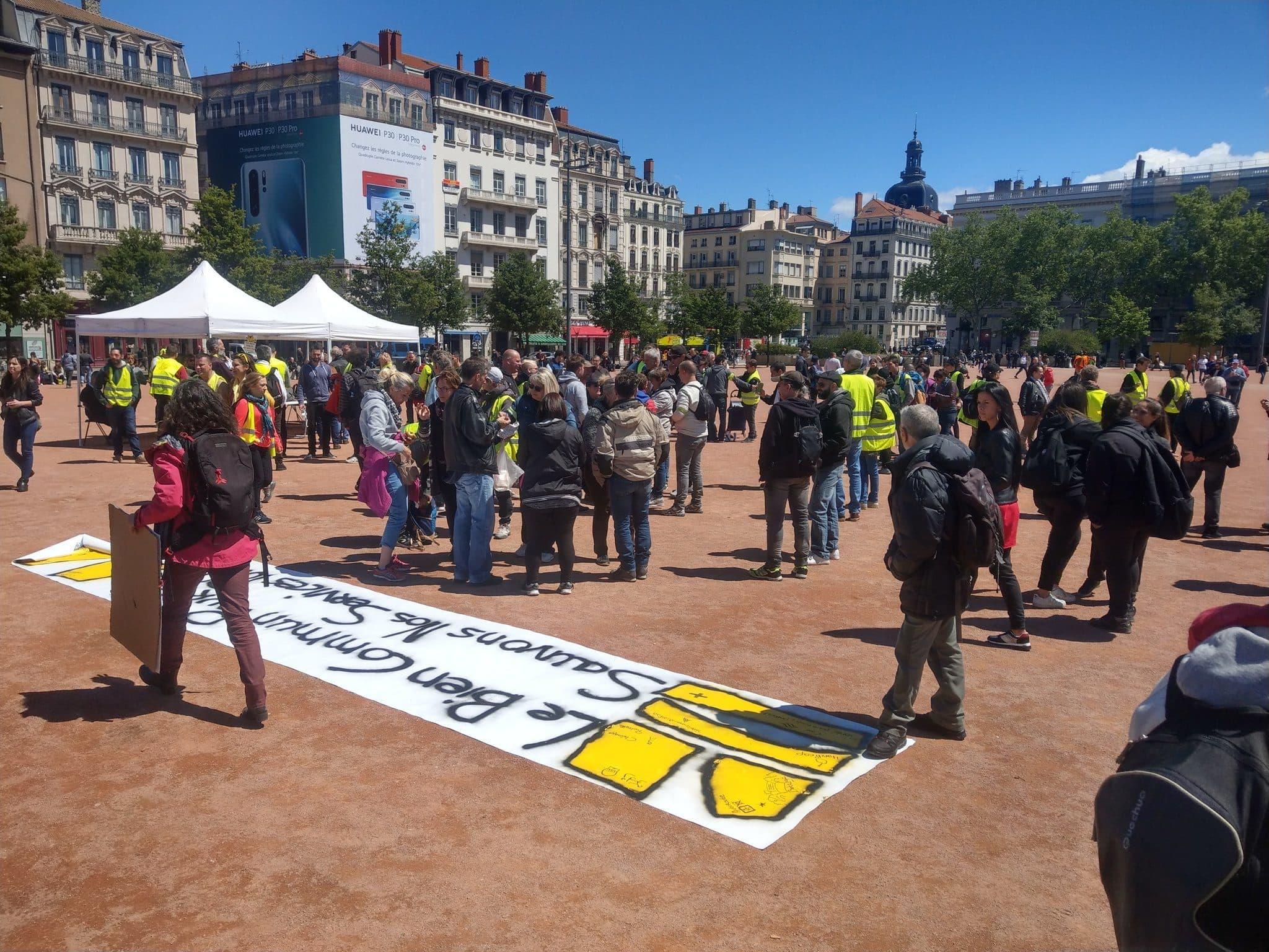 Atelier banderoles et panneaux place Bellecour. ©NM/Rue89Lyon