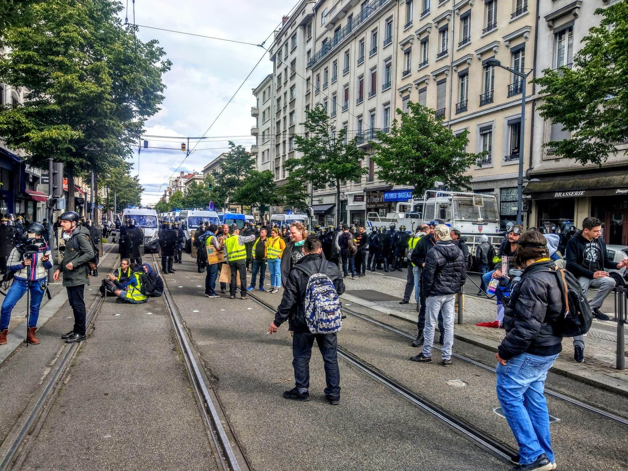 La police bloque l'avenue Berthelot que devait pourtant emprunter la manifestation déclarée. ©NM/Rue89Lyon