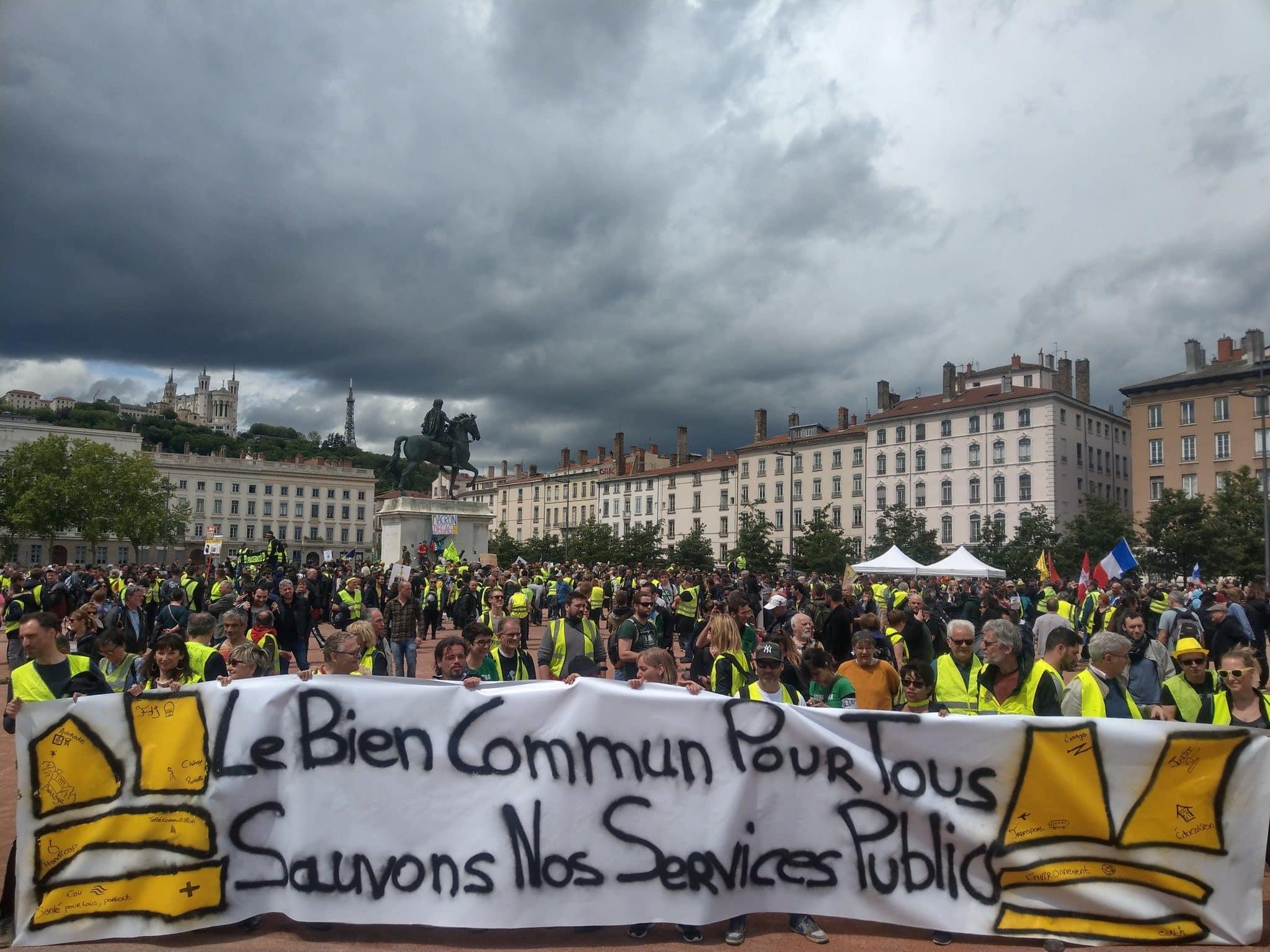 """Mise en place de la banderole de tête de la manif nationale des """"gilets jaunes"""" à Lyon. ©NM/Rue89Lyon"""