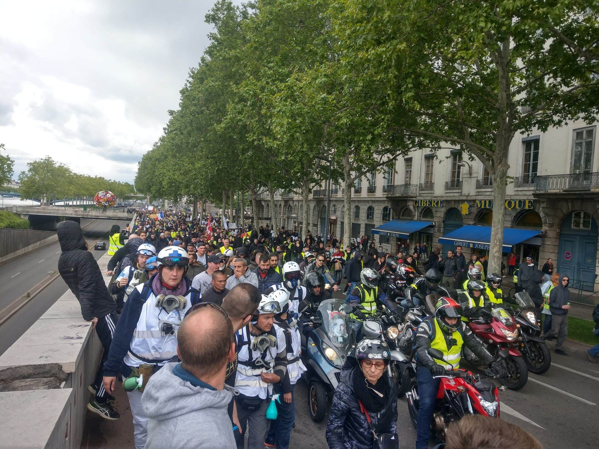 """Plusieurs milliers de """"gilets jaunes"""" au départ de la manif nationale. Ici, quai Gailleton ©NM/Rue89Lyon"""