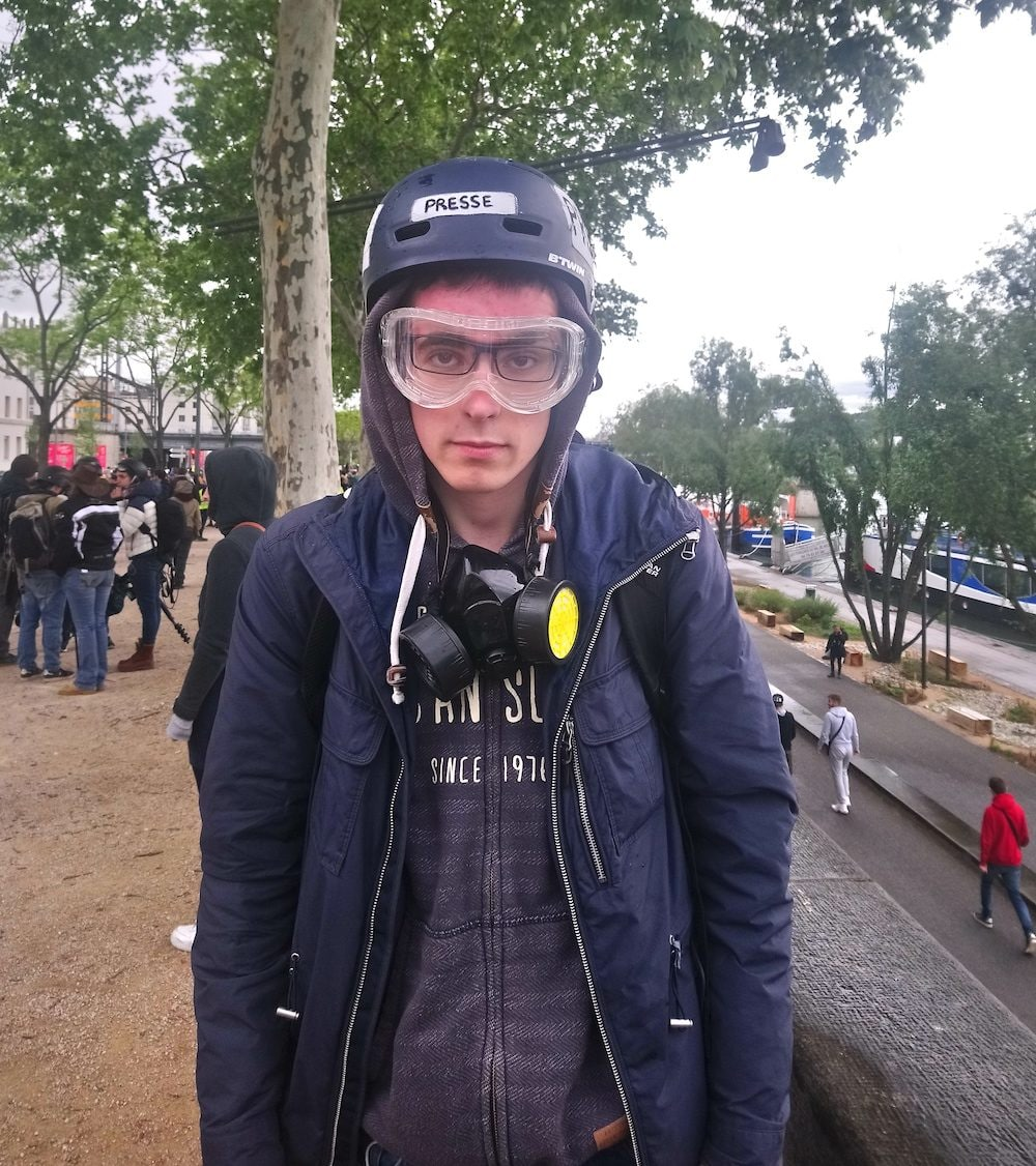 """Notre reporter Nicolas Mayart avec son équipement de manif """"gilets jaunes"""", quelques minutes après avoir reçu un coup de matraque."""