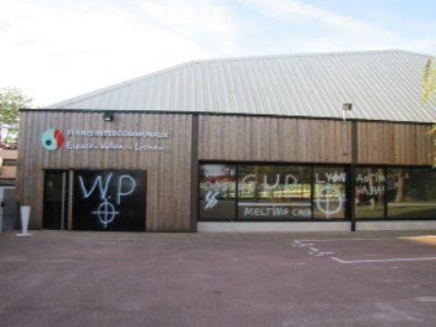 """La salle où devait se dérouler le festival """"Melting Potage"""" taguée en septembre 2013. on pouvait lire « WP » (White Power), « SS », « Melting Caca », « bises à Meyric » (sic) ou encore GUD, © Festival Melting Potage"""