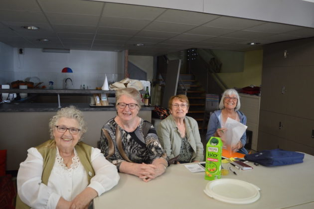 Quatre des personnes âgées réunies dans la salle de la Chaufferie du quartier du Vergoin un jeudi ap