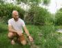 Damien ambassadeur du changement à Anciela est passioné de jardinage. cc Emma Delaunay
