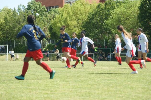 Sirine joue au foot au FC Vénissieux. ©Cheyenne Tyrakowski/LBB
