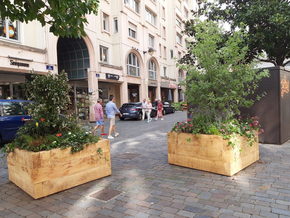 Avant le début des travaux le 9 septembre, des premières jardinières ont fait leur apparition à l'angle de la rue de Brest et de la rue Mercière (Lyon 2ème). ©LB/Rue89Lyon