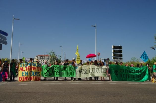 Les activistes d'XR bloquant l'accès au pont Wilson; © Valentin d'Ersu/Rue89Lyon