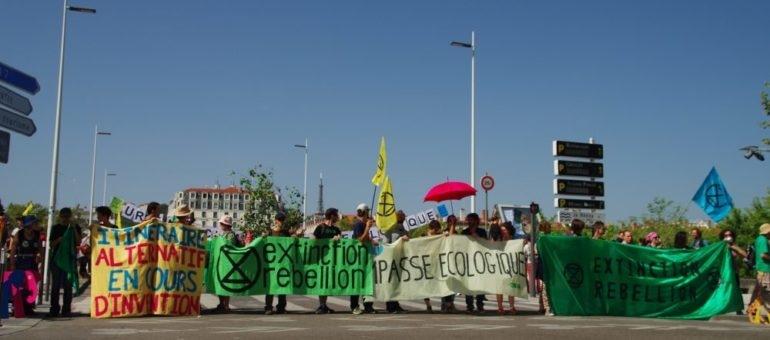 A Lyon, les militants écolos d'Extinction Rebellion bloquent un premier pont