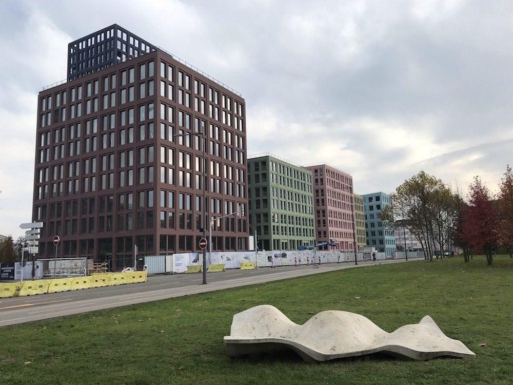 Face à la mairie, le Nouveau Lieu de Strasbourg (Nolistra) et ses façades multicolores est devenu l'un des emblèmes des opérations immobilières denses et critiquées. ©JFG / Rue89 Strasbourg