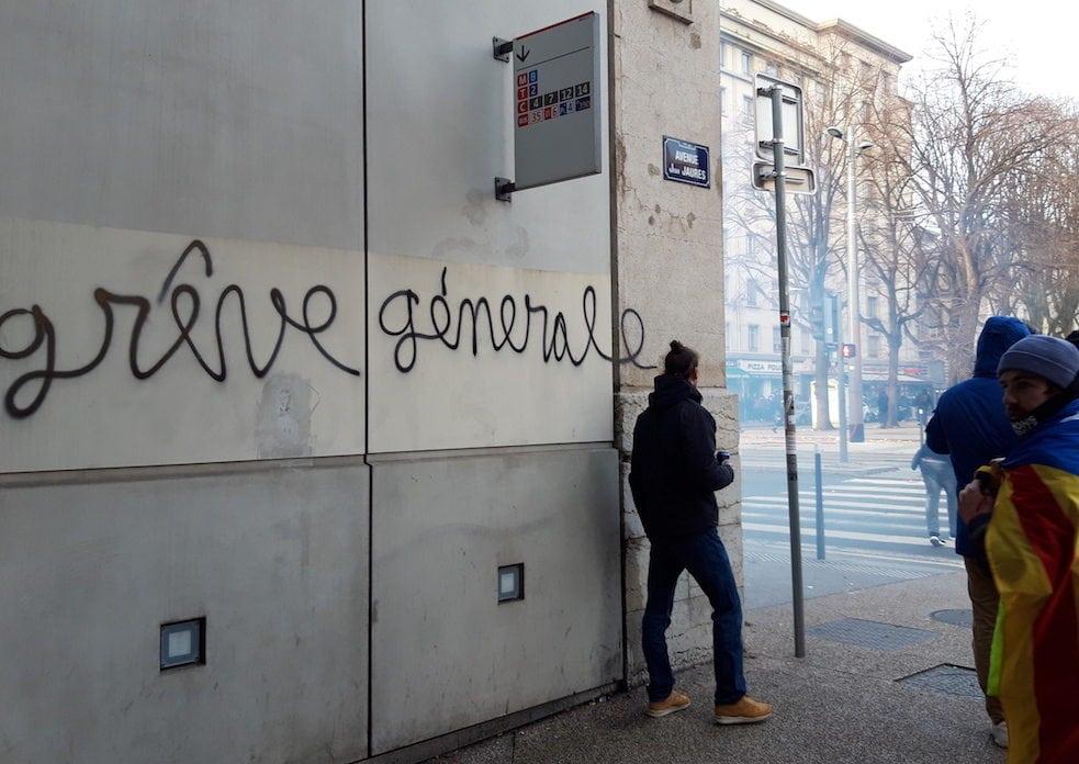 Place Jean Macé le 5 décembre 2019. Affrontements entre policiers et les derniers manifestants. ©LB/Rue89Lyon